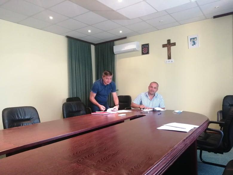 Općinski načelnik potpisao Ugovore o izgradnji sjenica na dječjim igralištima u Koprivničkom Ivancu i Botinovcu